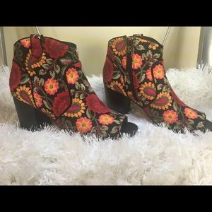 Shoes - Embroidered ankle shootie never worn